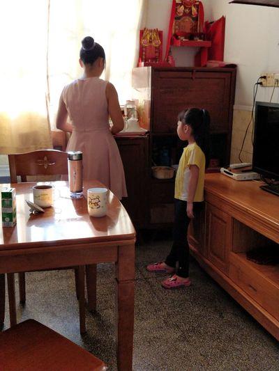 早晨的母女俩 家居 小城镇 社会人文 Full Length Child Togetherness Standing Domestic Life Childhood Rear View