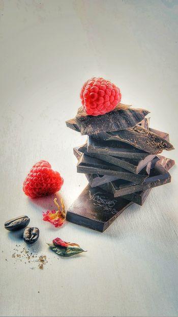 Red Indoors  Studio Shot No People Day Close-up Cioccolato Cioccolato Fondente Lamponi