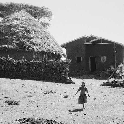 The last photo of Escapes: Ethiopia. We made a stop to make a photo of this traditional house (left) when this little Ethiopian girl notice us and well, was really happy to see us. http://parkwayberlin.com/posts/escapes-ethiopia/index.html Shot with Fujifilm X-T1 Fujifilmxt1 ‪ Ethiopia Africa Traveling Visiting Instatravel Instagood ‬ Travelgram Parkwayberlin ‬ ‬ @parkwayberlin