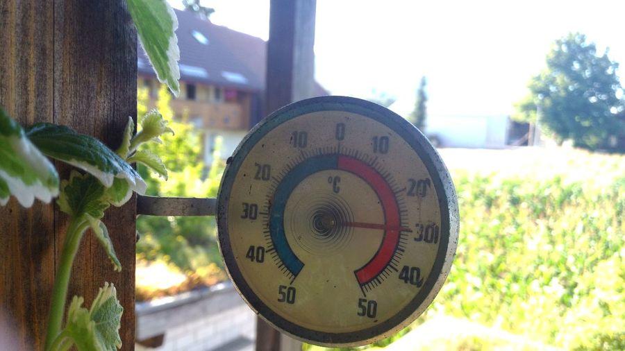 Zu warm. Thermometer Sommer