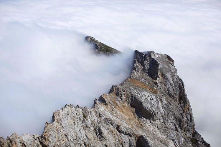 Peña Olvidada aguantando la nube... Picos De Europa Macizo Central Asturias