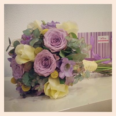 Bucólico-romántico. Tulipán crema, rosas malvas y freesias a tono. Flores Bridalbouquet Wedding RamoDeNovia Aleafloristerias