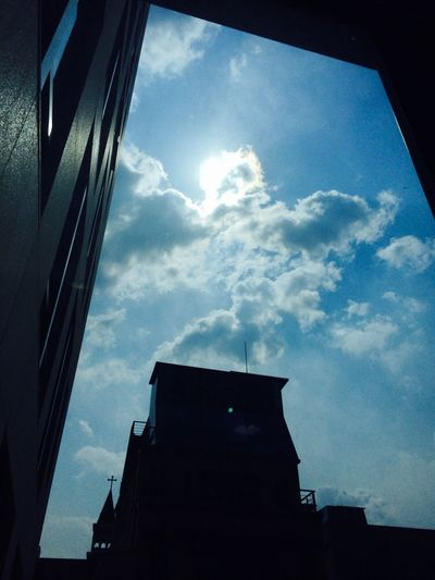 창문안에서 바라본 하늘
