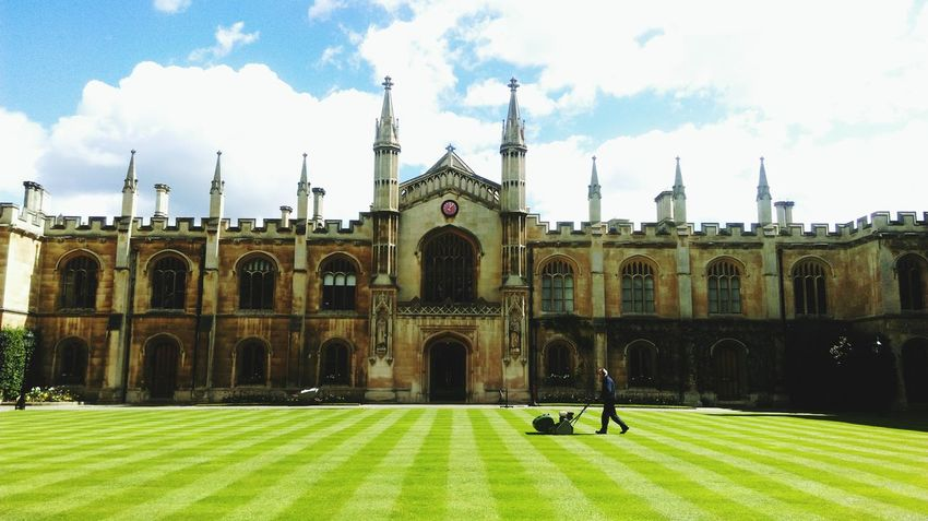 Rasen Rasen Mähen Cambridge Corpus Christi Cambridge University University Campus University Of Cambridge College Lawn Grass British British Style  Springtime Symmetry Symmetrical Panorama Panoramic Photography Sunshine EyeEm Gallery EyeEm Best Shots The Architect - 2016 EyeEm Awards