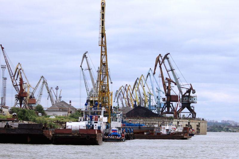 порт Томск Россия река томь навигация. корабли краны