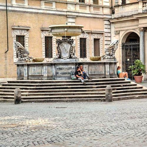 Piazza in Rome. Do as the Romans do. Piazzalife Rome Lavieenrome Meetrome Gotourismroma Buongiornoroma Piazzasantamariaintrastevere Meetingplace