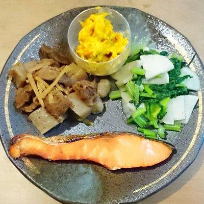 今日の我が家の晩御飯シリーズ 焼きシャケ こんにゃくとスジ肉の煮物 カボチャのサラダ かぶらのペペロンチーノ風炒め物