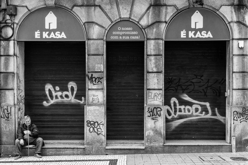 Streetphotography_bw Cityscape Photography City Life Black And White Photography Blackandwhitephoto Blackandwhite Black & White Streetphotography Blackandwhite Photography Streetlife Streetlife_mag Porto Portugal 🇵🇹 Porto Black&white City Outdoors