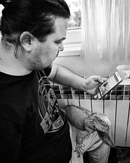 tabiet Man MyMan Update Cosy Coffee Time Mobilephotography Mobile Phone #photography EyeEm Selects #reptile #iguana Petfriend Arts Culture And Entertainment Fashion Home Interior Casual Clothing