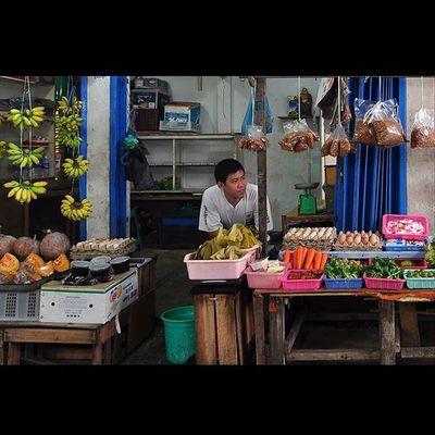 """Pasar tradisional selalu menyajikan moment2 dan spot2 menarik, tergantung bagaimana sudut pandang kita aja yang harus jeli meng-captured semua itu, jika subyek tidak mau di capture ... so jangan dipaksakan, cari lagi moment dan subyek lain, banyak kok, so """"don't try this at home but you must try it at Street guys"""" SPtipsTwo ....hehehehe Viewerscorner Wonderfullkepri Explorekepri Indonesia_photography Pewartafotoindonesia Natgeonesia 1000kata Bestpartofindonesia IndonesiaOnly Lensaindonesia Mtma Photooftheday Thephotosociety Photography Streetphotography Streetphotographers StreetLife_Award Hipaae Hipasnap"""