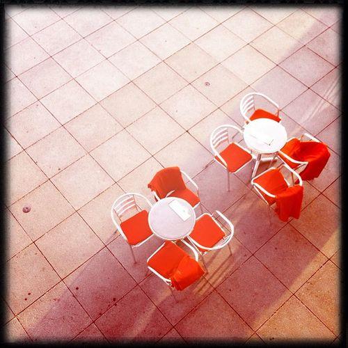 draußen will keiner Kännchen Hipstamatic Germany Table Red Lines Chairs Deutschland Bonn Kunstmuseum Museumsmeile