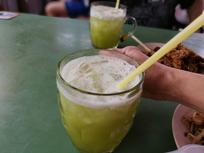 Sugar cane juice Thirsty  Serving Size Refreshing Drink Sugar Cane Sugarcane Sugar Cane Juice Sugarcanejuice Ice Cold Drink Cold Drink Summer Hawker Centre Food Centre Drink Drinking Glass Drinking Straw Cocktail Close-up Food And Drink Ice Cube Served Summer Road Tripping