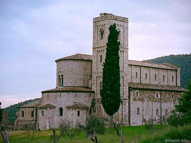 Tradition No People Religion History Green Color Outdoors Architecture Colline Tranquility Colours Of Life Travel Destinations Italy Photography Colour Photography Fotografia Beauty In Nature Tree Italy Landscape Arts Culture And Entertainment Architecture Landscape Monastère Monastery Toscana Toscany