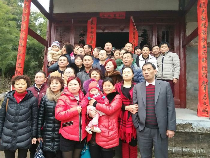 Biiiig family Ancestor Worship Ancestor Hall Friendship Smiling Portrait Togetherness Happiness Men Teenager Christmas Standing Looking At Camera