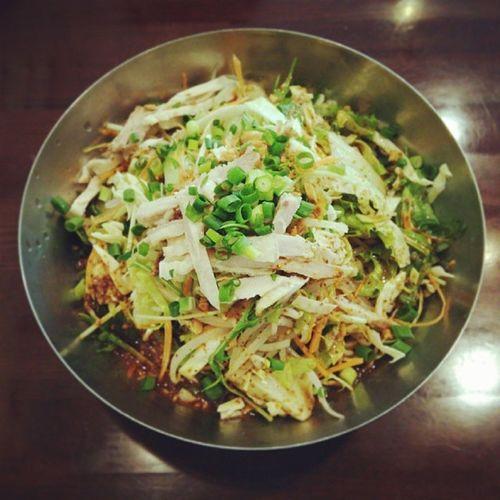 職場近くの中華料理屋さんオリジナルの冷麺♪昨日のランチに初めていただきました。Yum! 冷麺 中華料理 中華麺 麺 夏 ランチ