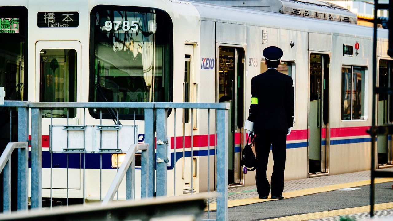 full length, real people, one person, men, rear view, public transportation, train - vehicle, lifestyles, standing, built structure, day, building exterior, architecture, outdoors, one man only, adult, people