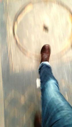 Tranquille dans la rue Paris ❤ Capture The Moment Chaussures  Boots street RUES That's Me