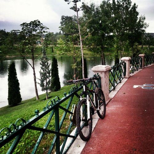 yeni yol buldum bakalım nereye çıkıyo :) Cycling Bisiklet Herecomestherainagain Rainy yıllardırüzerineyağmuryağankamyonşoförü