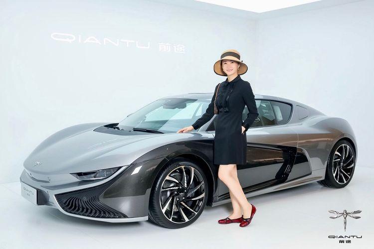 中国的.我们的.前途🧚♂️ EyeEm Selects Car Mode Of Transportation Motor Vehicle Standing Looking At Camera Full Length People Fashion