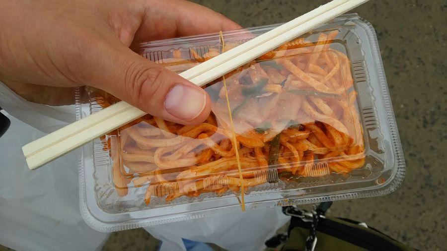 腹ごしらえに、カレーナポリタン! ナポリタンも本場イタリアにはないそうだけど、これはインドにもなさそう!? 千歳基地航空祭 7/19撮影 Pasta Curry Enjoying A Meal