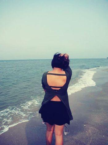 back..... เห็นหลังเลยอยากเห็นหน้า พอเห็นหน้าก็คงอยากงายหลัง.. Enjoying Life Black&white Kureisaki Relaxing Sea View Sea And Sky Seaside