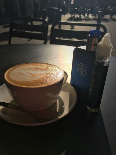 Relaxing at Starbucks in Frankfurt Am Main Vaping Dotmod Moku Oyatsu White Gummi Flat White Vapingcommunity VapeLife