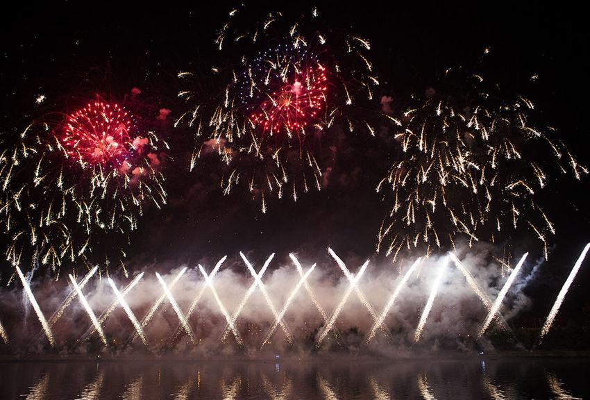 Beautiful Moscow Celebration Event Firework Firework Display Fireworks On Water Glowing Illuminated Night красивая москва фейерверк фестиваль фестиваль фейерверков