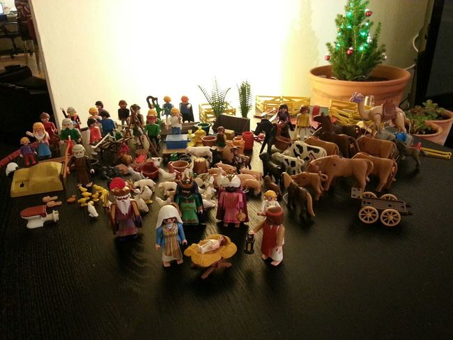 preparant el Pessebre / preparing our Playmobil Nativity