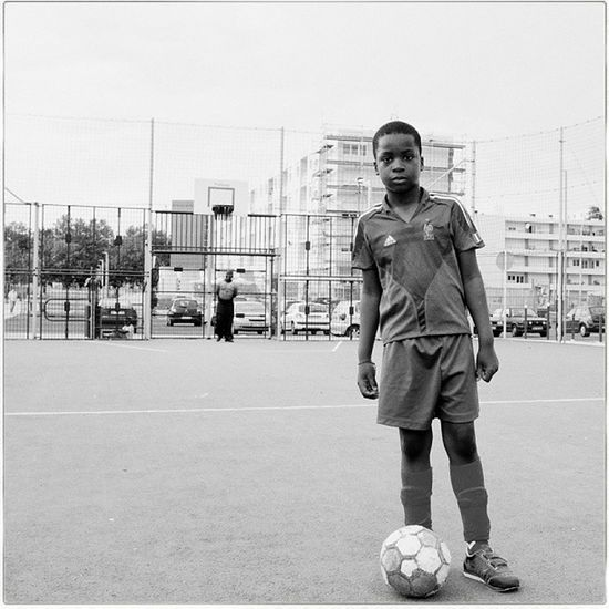 Boy in tha City stade. Hood Foot Quartier Fujix100