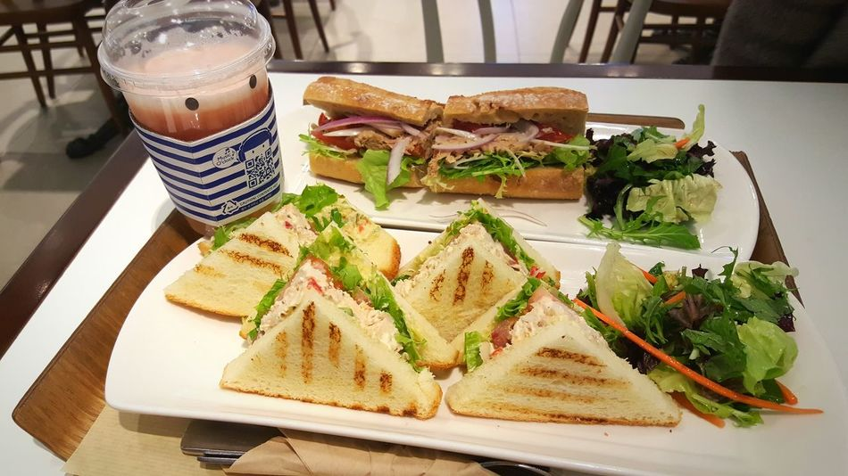 Feed me!🙌🙌🙌🙌 Sandwiches Sandwich Foodphotography Food Delicious Chiabata Chiabata Sandwich Smoothie Grapefruit Grapefruit Smoothie Tuna Sandwich  Parisbaguette 빠리바게트 샌드위치 치아바타 자몽스무디 자몽 Comidas MuyRico Bocadillo 맛있다