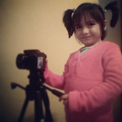 No hay edad para tomar fotografias... my little daughter... Fotografo Fotografia Kidphotographer Kidphotography camera readytotakeapic