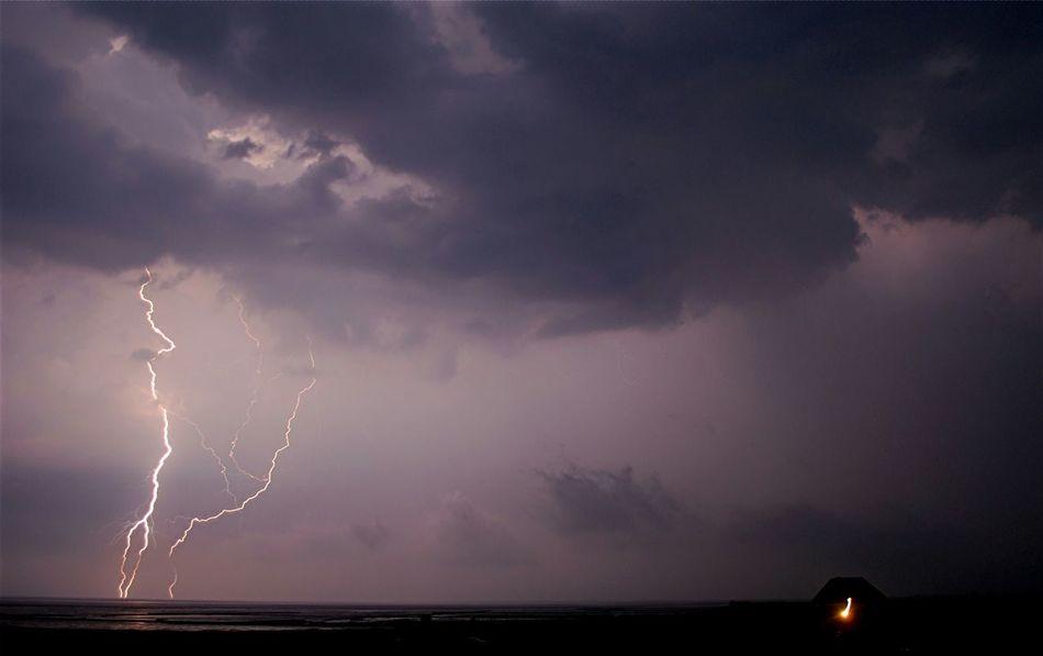 Gewitter über dem Dockkoog bei Husum Tetenbüllspieker Eiderstedt Nordfriesland BlitzeHusum Dockkoog Husumerhafen Gewitter Blitz Unwetter