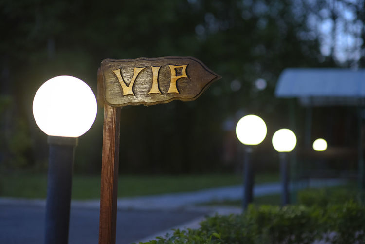 VIP direction guide Arrow Symbol Communication Direction Guidance Illuminated Information Sign Lighting Equipment Night Park Park - Man Made Space Road Sign Sign Very Important Person Vip