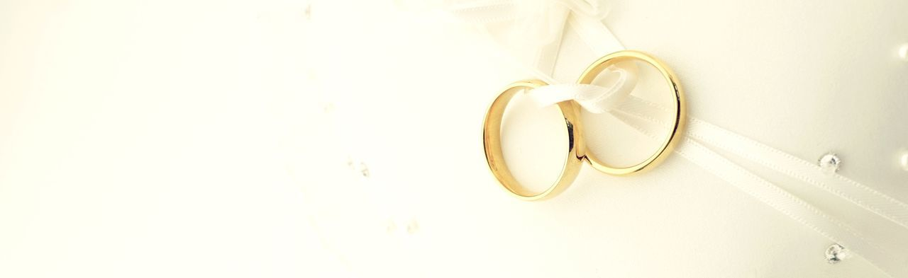Wedding rings banner Wedding Panorama Panorama Wedding Card Eheringe Ringe Hochzeit Wedding Invitation Wedding Copy Space Backgrounds Banner Love Indoors  No People Jewelry Ring Still Life Heart Shape Copy Space Close-up Wedding Ring Wedding Life Events Celebration White Color Studio Shot