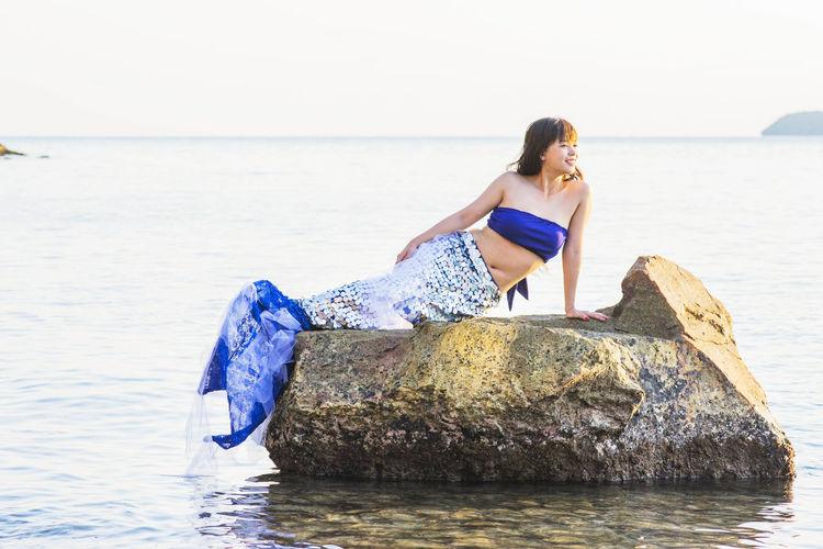 BIỂN GỘI ( Call Sea ) #EyeEmNewHere #EyeEm #EyeEmSelects #eyembestshot #EyeEm Nature Lover #phongvunamdu #phongvunguyen #hoavangtrenbienxanh #biendao #namdu #halongphuongnam #photography #Dailylife #binhminh #sunset #sun #clouds #skylovers #sky #nature #beautifulinnature #naturalbeauty #photography #landscape Water One Person Real People Leisure Activity Rock Rock - Object Young Women Solid Outdoors The Modern Professional