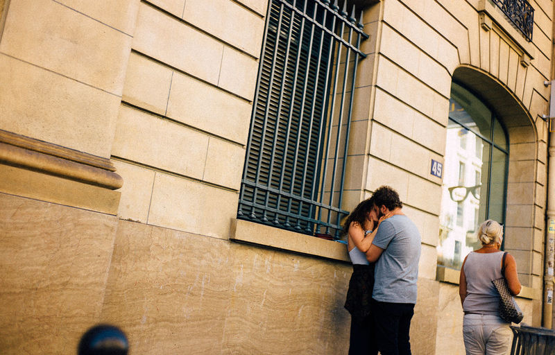 35mm Couple Kiss Love Lovely Paris Paris, France  Street The Magic Mission VSCO Wanderlust Xoxo People And Places. People And Places The Street Photographer The Street Photographer - 2017 EyeEm Awards