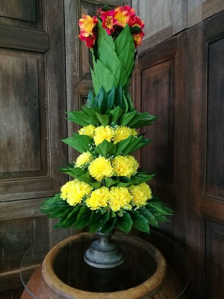 """Flowers and beetle leaves arrangement. It is called """"Bunga Junjung"""" in Malay language. Flower No People Arrangement Freshness Close-up Flower Arrangement Bouquet Malaysian Culture Cultural Heritage Traditional Malaysian Culture Malay Culture"""