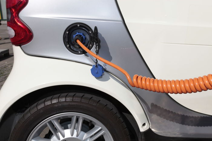 Elektroauto wird aufgeladen Aufladen Auto Auto Aufladen Car Close-up Day Elektroauto Energie Tanken Kabel Ladekabel Ladestation Land Vehicle Leitung Motor Vehicle Outdoors Steckdose Strom Tanken Tanken Transportation Wheel