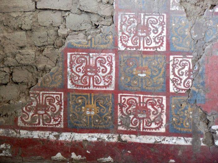 Ruinas de la Huaca de La Luna en el Valle Santa Catalina de Moche (Campiña de Moche) que fue construida por los antiguos pueblos de la Cultura Mochica. Arqueology Coast Cultura Mochica Culture Dibujos Draw Huaca De La Luna Huacas Moche Mochica Paint Peru Peruvian Pictography Pinturas Ruinas Trujillo Warriors
