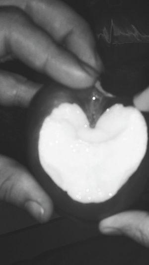 تفاحه ع شكل قلب 😀💕