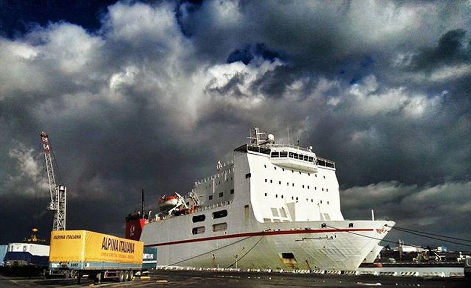 🚢⚓ Seaport Cargoship HDR Emphasis Livorno Ferry Ferryport Ig_livorno Ig_urban
