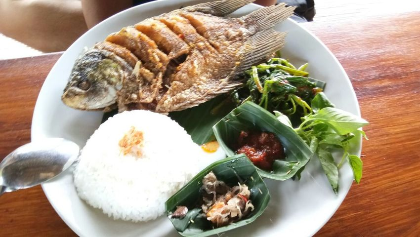 Food Food And Drink Freshness Comfort Food Fried Fish Spicy Fried Fish Night Balifood Bali Island Fried Fish Balinese Food Balifoodie Balinesefood Banana Leaf Ready-to-eat Freshness Food Styling Food And Drink Balinese Life Bali❤️Love Bali Bali, Indonesia Bali Indonesia Bali Strait Baliphotography Balinese Culture Food Stories