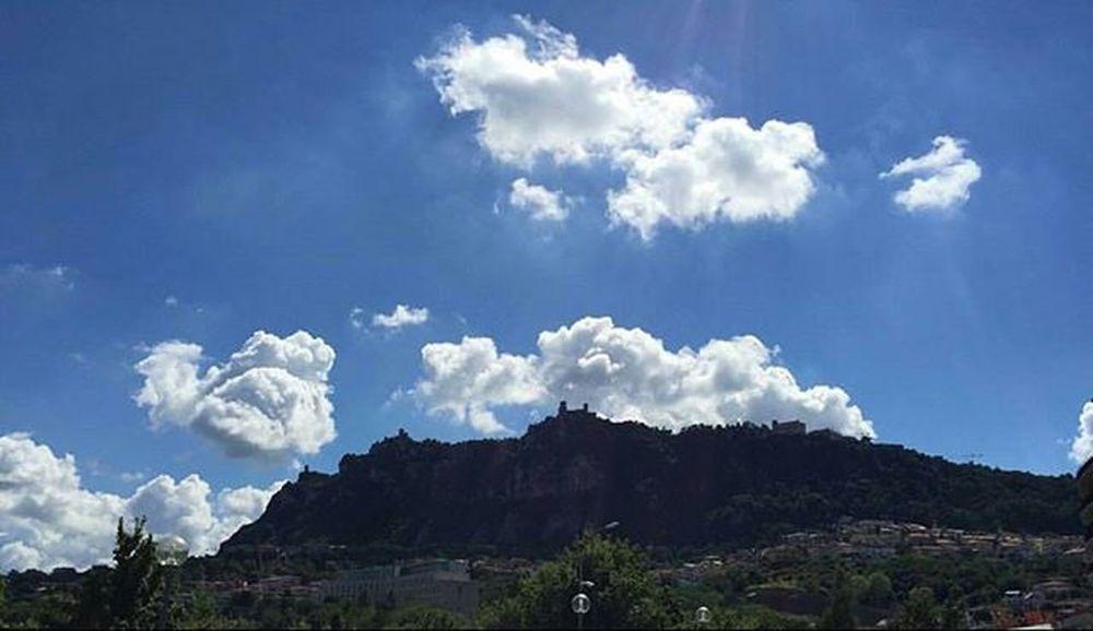 Buon pomeriggio Sanmarino Montetitano Republicofsanmarino Repubblicadisanmarino Landscape Landscape_lovers Clouds Clouscape Sky Bluesky Italy Italia Volgoemiliaromagna Volgoitalia Panorama Panoramicview Nofilter Noeffect