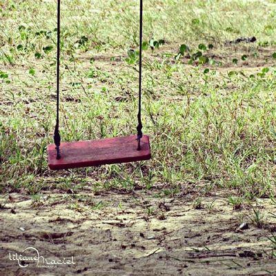 O Balanço. Um dia eu vi um balanço Numa árvore qualquer Um balanço bem velhinho Mas me lembrou muito carinho Balancei até o alto Busquei chegar até o céu Até o ceu não consegui Mas ainda não desisti Nesse balanço um dia eu encontro Um alguém que um dia perdi. Boanoite Versos Instalike Saudades eternabiza