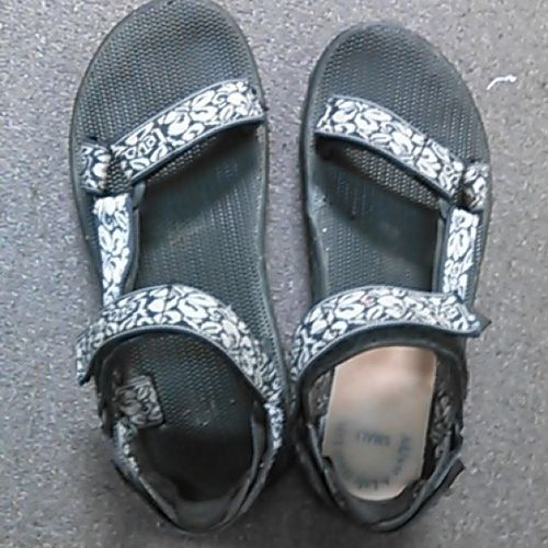 The life of a 5mm lopsided woman. I have to super glue my inserts into every pair of sandals and wear them in every pair of shoes. Annoying Fashionablebutnotreally Lopsided Oldwoman