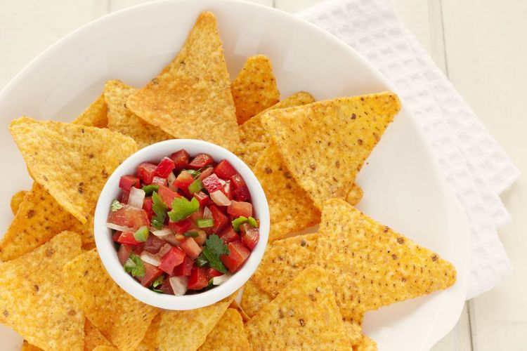 Appetizer. Pico de gallo salsa with nachos. Food Mexican Food No People Pico De Gallo Studio Photography UnykaProductions Texmex Food Texmex Salsa Red Bell Pepper Tomato Cilantro Parsley Onion Colorful Nachos DIP Appetizer Vegetables Natural Light Plate White Napkin White Background Healthy Eating Freshness
