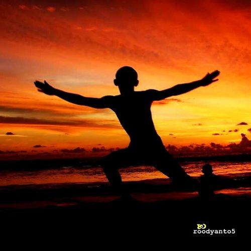 Tarian menjelang Sunset, sawarna beach