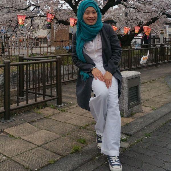 Can smile at 2015.04.02 Cherryblossom Spring Lampion Japanhijab Livinginjapan Muslim Musliminjapan Hijabindonesia Aceh Hanami 花見 Hijabi White Toska Shoes Converse