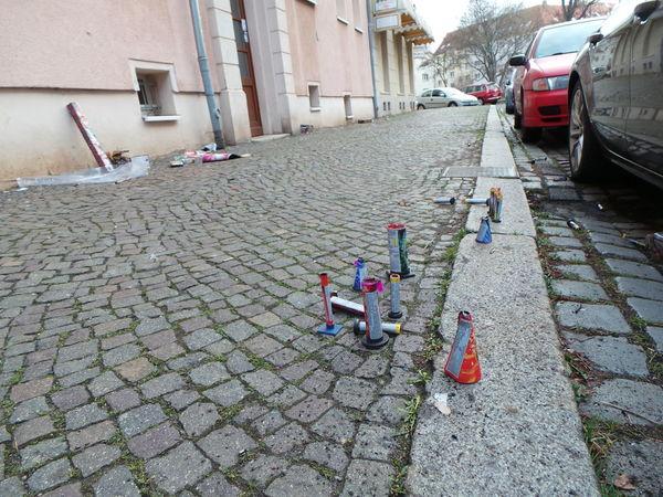 Abfall Bürgersteig Fenster Und Türen Feuerwerk Fireworks Gehsteig Neujahr New Year Sidewalk Straße Street Urban Waste Windows And Doors