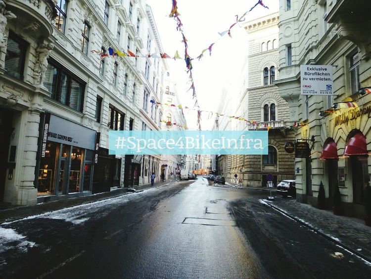 Space4BikeInfra @Teinfaltstraße Wien Radfahren Cycling Discover Your City Urbancycling Streetphotography Streets Of Vienna Cityspaces Cityscape